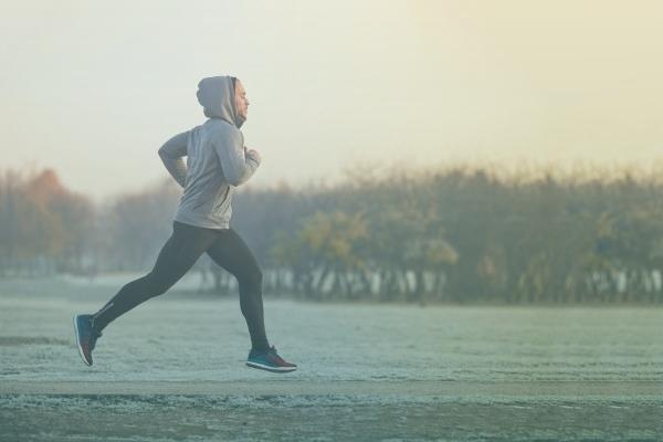 Pessoa Correndo Ao Ar Livre No Frio.