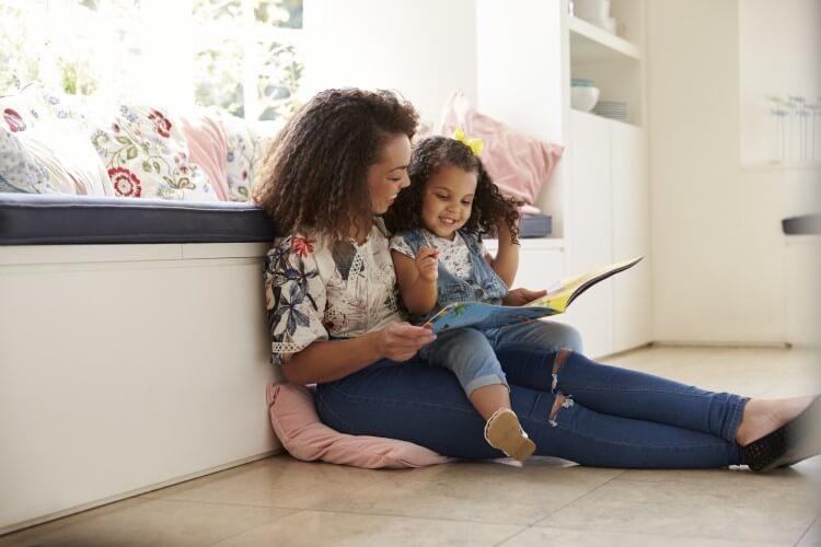 Mãe e filha lendo juntas.