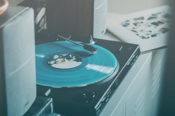 Toca-discos E Caixas De Som Sobre Uma Mesa.