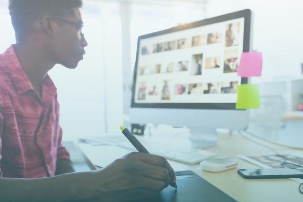 Pessoa Utilizando Uma Mesa Digitalizadora Com Um IMac.
