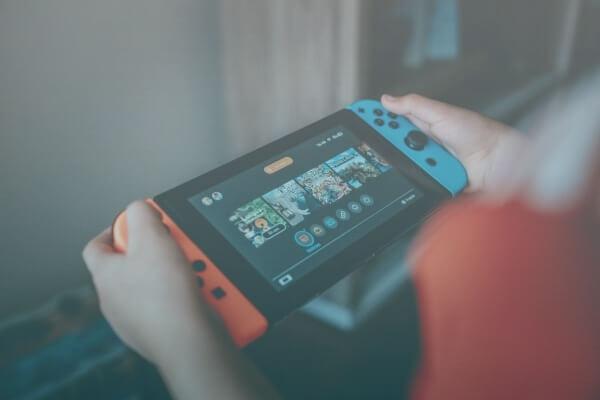 Pessoa Segurando Um Nintendo Switch.