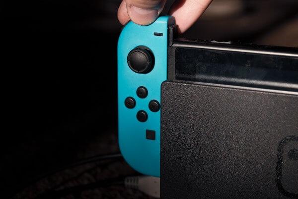 Pessoa Conectando Um Joy No Nintendo Switch.con