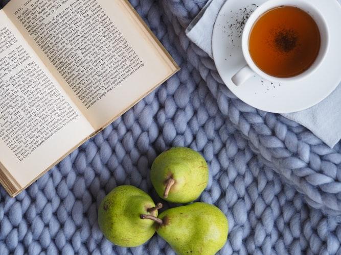 No Canto Esquerdo, Um Livro Aberto, No Direito, Uma Xícara De Chá E, Abaixo, Três Peras.