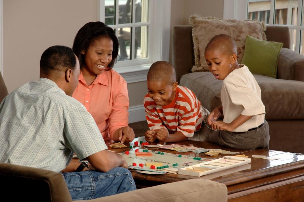 Pessoas Negras Brincando Com Jogos De Tabuleiro Para Família.