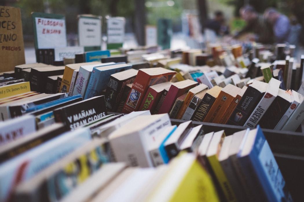 Estante De Loja Com Livros Que Todos Devem Ler à Mostra.