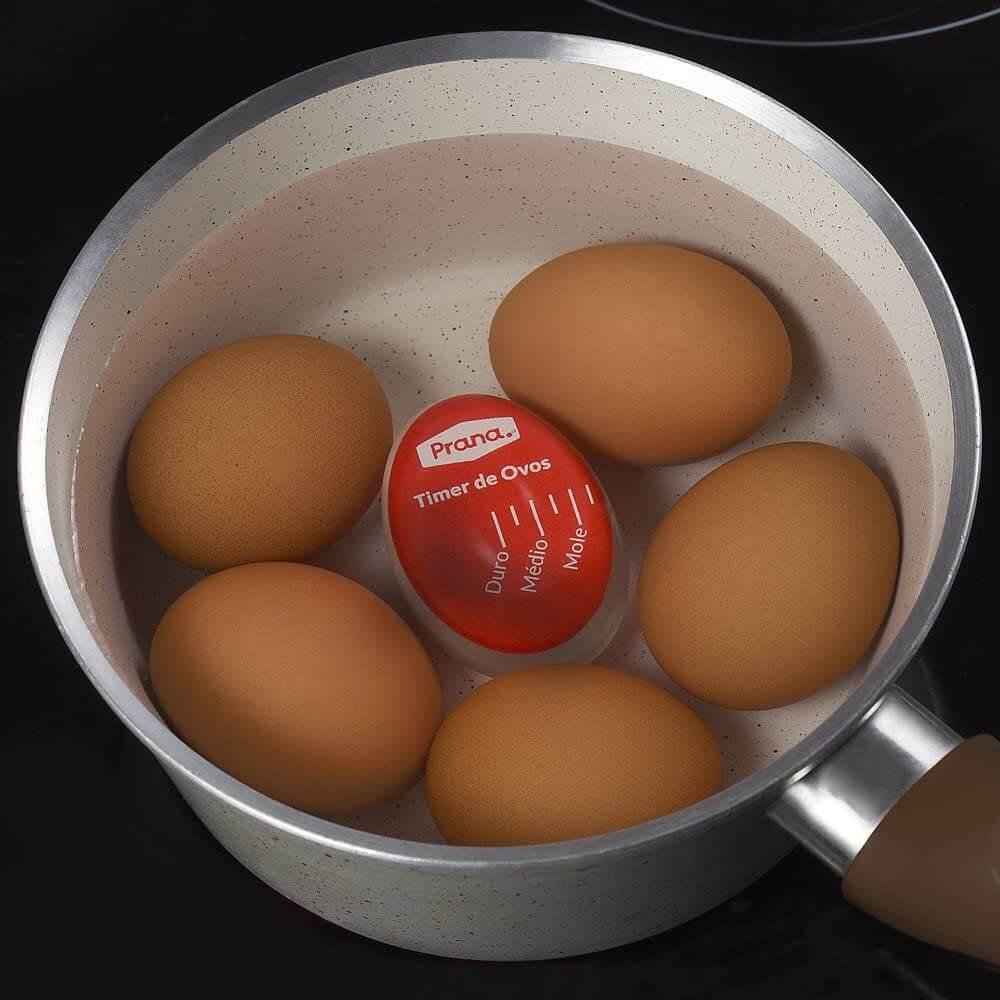 Timer para ovos dentro de uma panela com outros ovos.