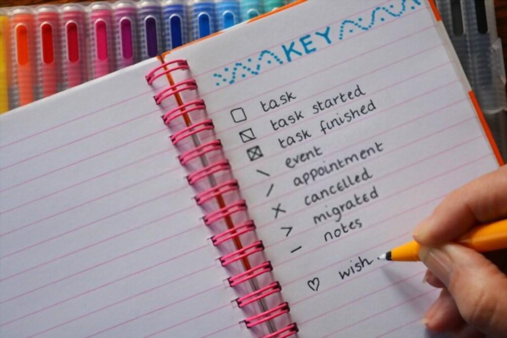 Página de legenda de caderno para bullet journal barato sendo feita à caneta.