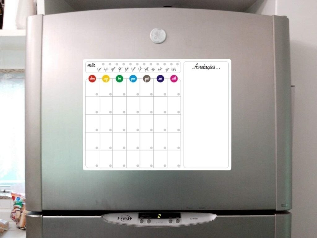 Ímã de geladeira com calendário.