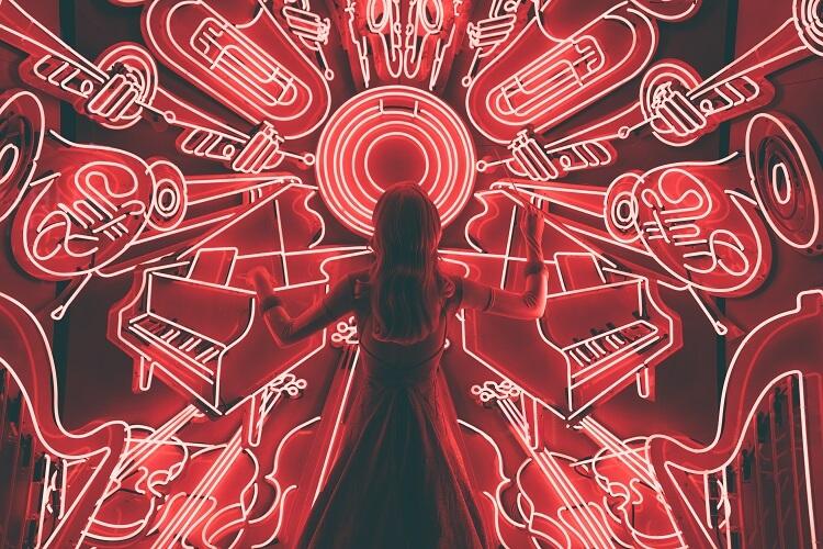 Silhueta De Mulher Frente A Vários Instrumentos Neon