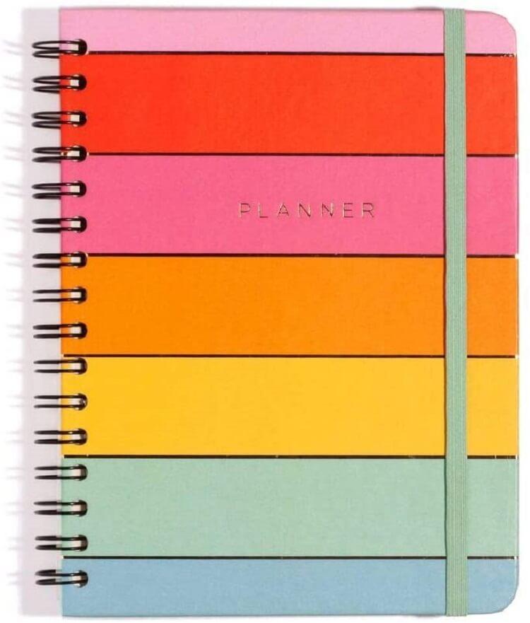 Planner com capa colorida, estilo arco-íris.
