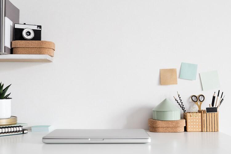 Mesa Escrivaninha, Com Notebook Fechado Em Cima E Porta-canetas.