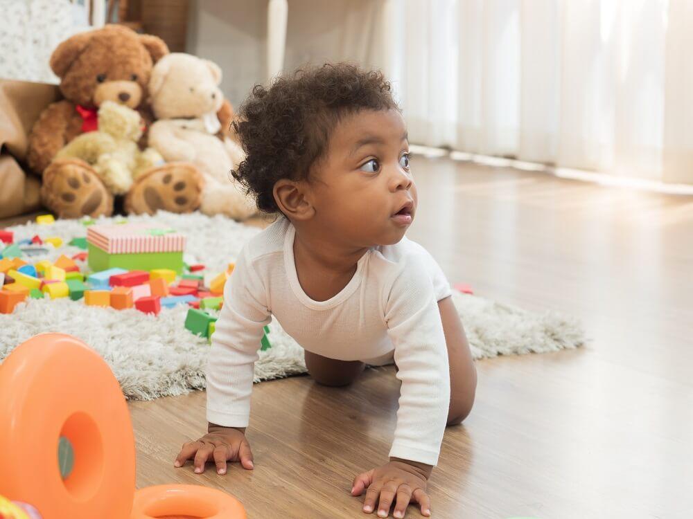 Bebê Negro Ao Redor De Brinquedos Educativos