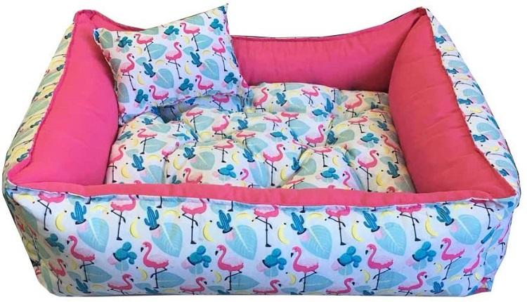 Cama para cachorro rosa e azul estampada de flamingos.