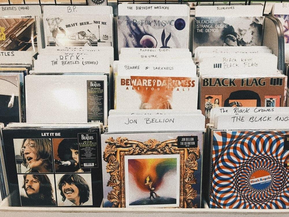Estante Com Diversos Discos De Vinil Dos Beatles