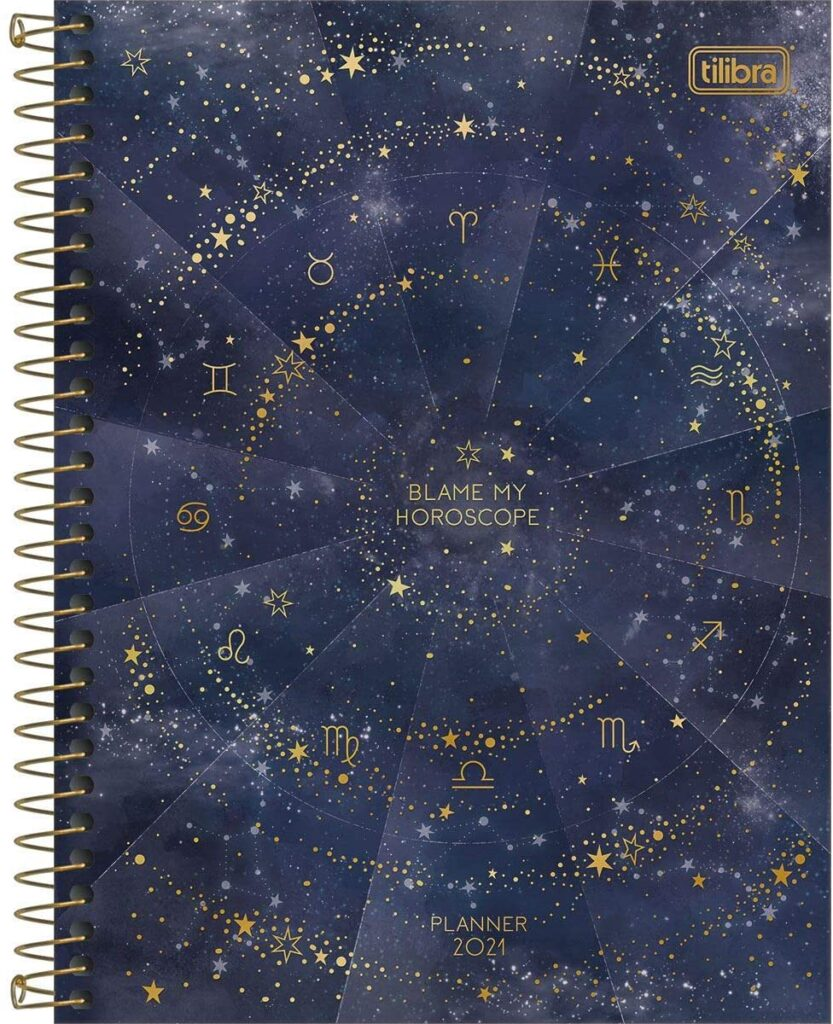 Planner 2021 com capa estampada com estrelas e símbolos do horóscopo.