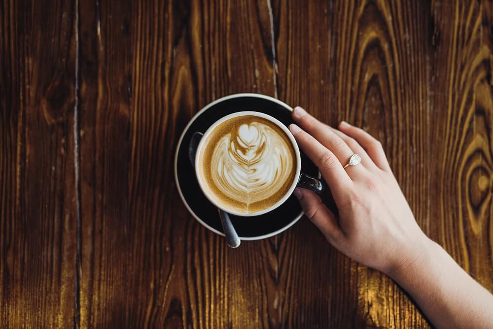 Mãos Segurando Xícara Com Café