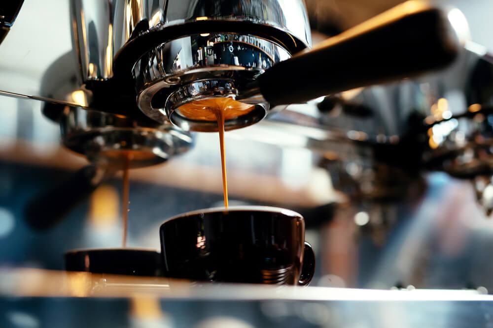 Cafeteira Preparando Café Expresso Com Espuma.