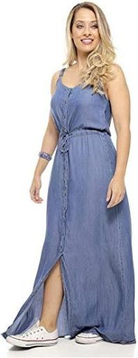 Mulher utilizando vestido longo jeans da marca Sob.