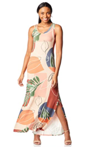 Mulher vestindo Vestido longo canelado da marca Mercatto.