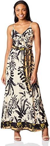 Mulher utilizando vestido longo com decote transpassado da marca Marcatto.