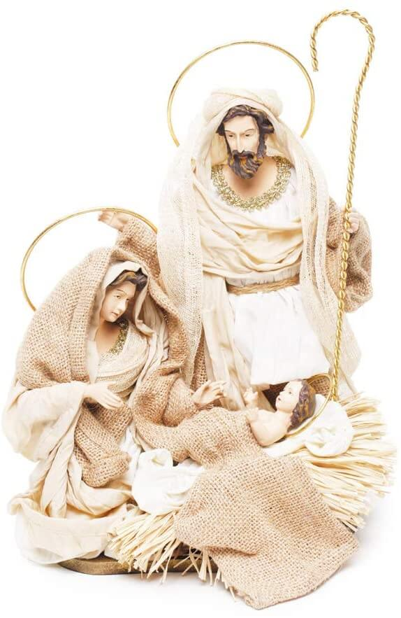 Presépio composto por três figuras com trajes brancos.