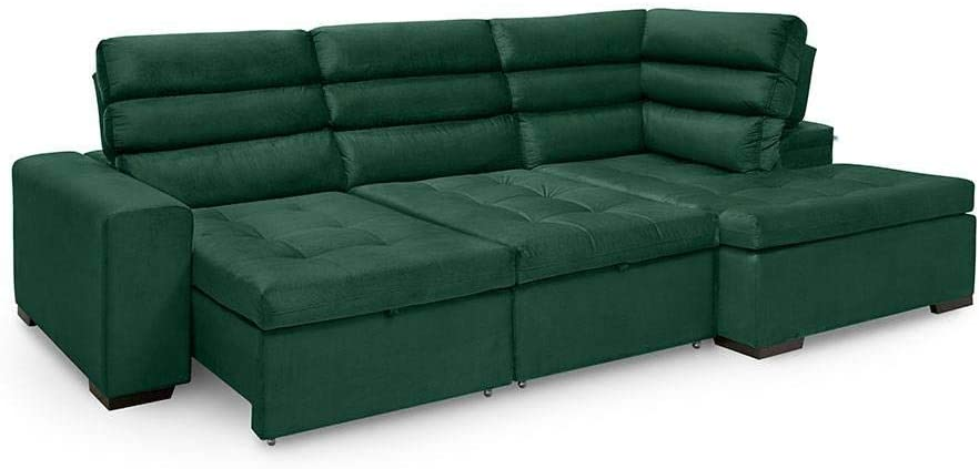 Sofá verde, retrátil e de canto, com capacidade para mais de três pessoas.