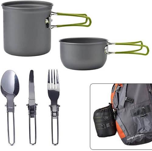 Kit de cozinha para camping com duas panelas antiaderentes com alças dobráveis e três talheres de inox com cabos dobráveis.