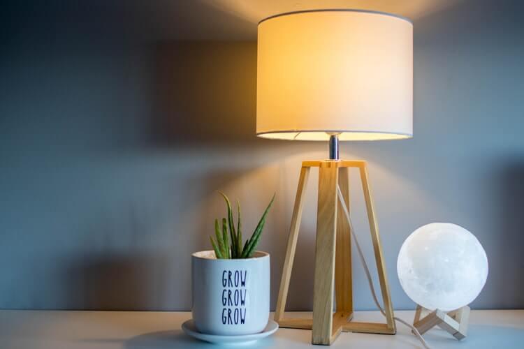 Mesa Com Luminária Moderna Para Sala De Estar, Umidificador E Cacto.