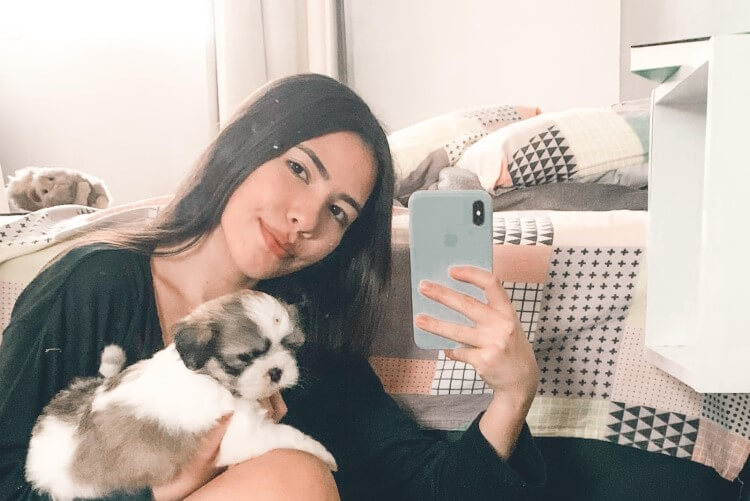 Pessoa e sua cachorrinha.