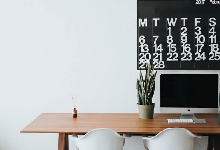 Escritório Com Mesa, Cadeiras, Calendário E Planta.
