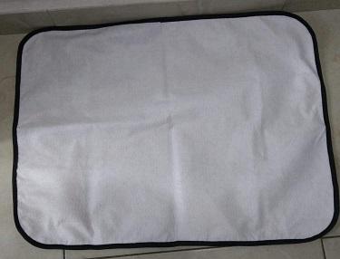 Tapete higiênico branco com bordar pretas.