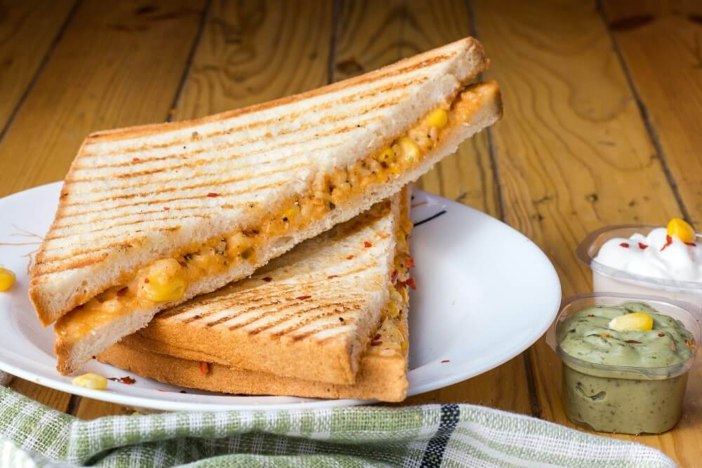 Qual A Melhor Sanduicheira Pão Tostado Sobre Um Prato Acompanhado De Molhos