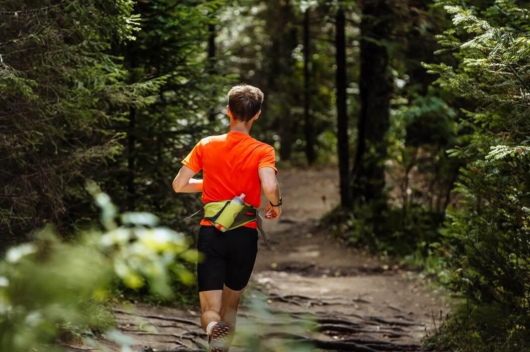 Cinto De Hidratação Para Corrida: Homem Correndo Em Trilha