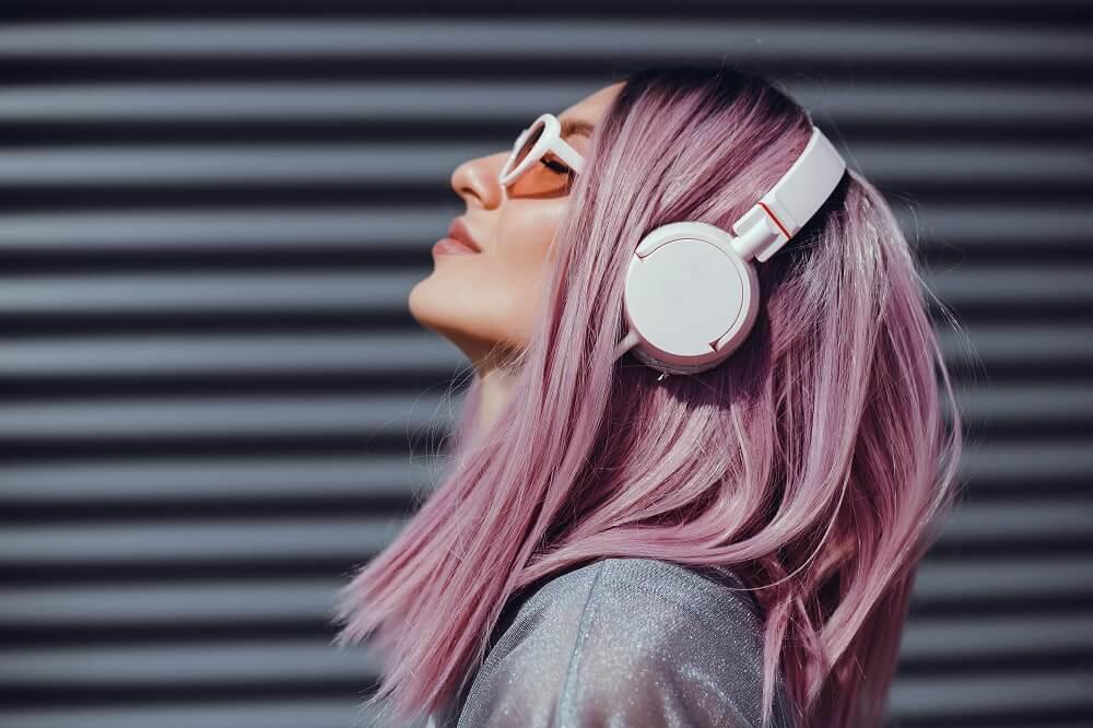 Mulher De Cabelo Rosa Escutando Música Com Headphones