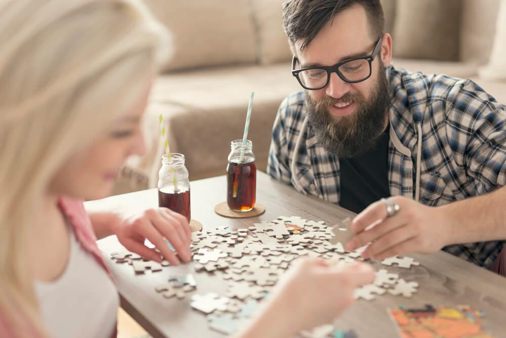 Casal Montando Um Dos Melhores Quebra-cabeças Para Adultos E Bebendo Refrigerante.