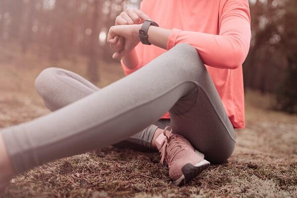 corredora utilizando o smartwatch xiaomi amazfit pace