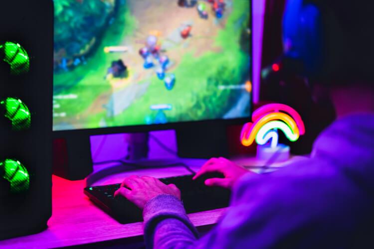 Streamer fazendo uma live de jogos