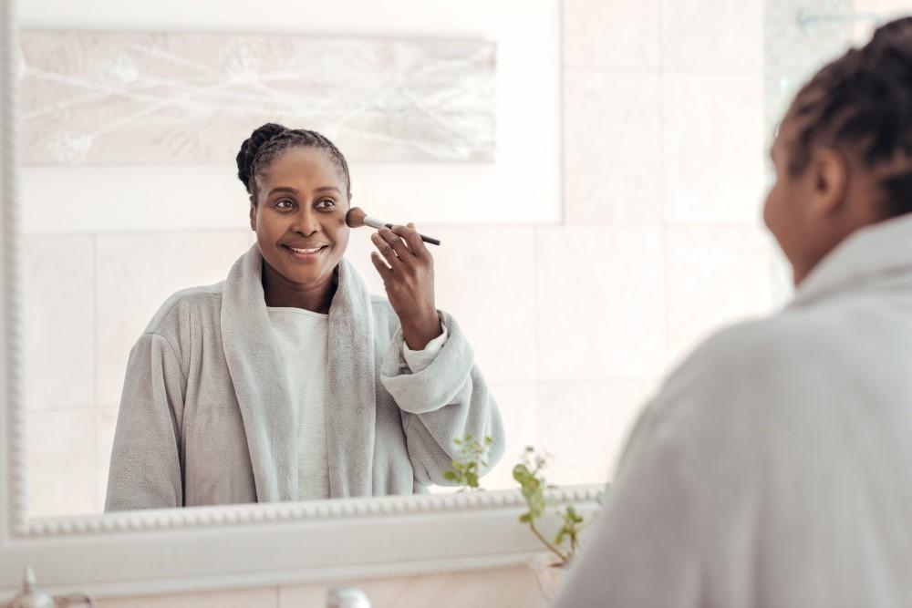 Reflexo Do Espelho De Mulher Aplicando Maquiagem