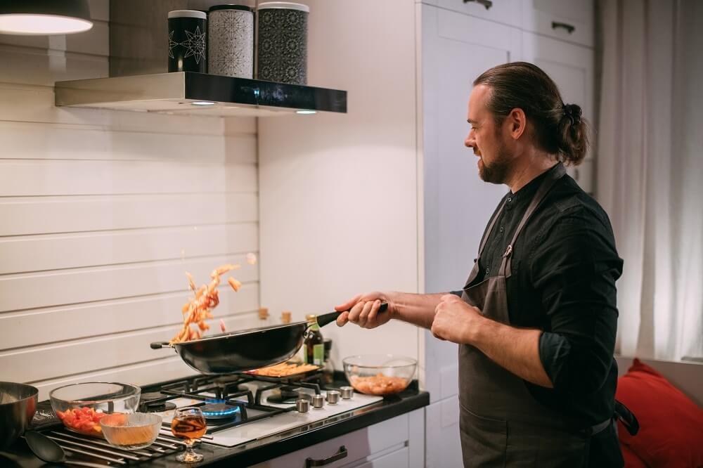 Homem Branco De Cabelo Preso Cozinhando Em Fogão