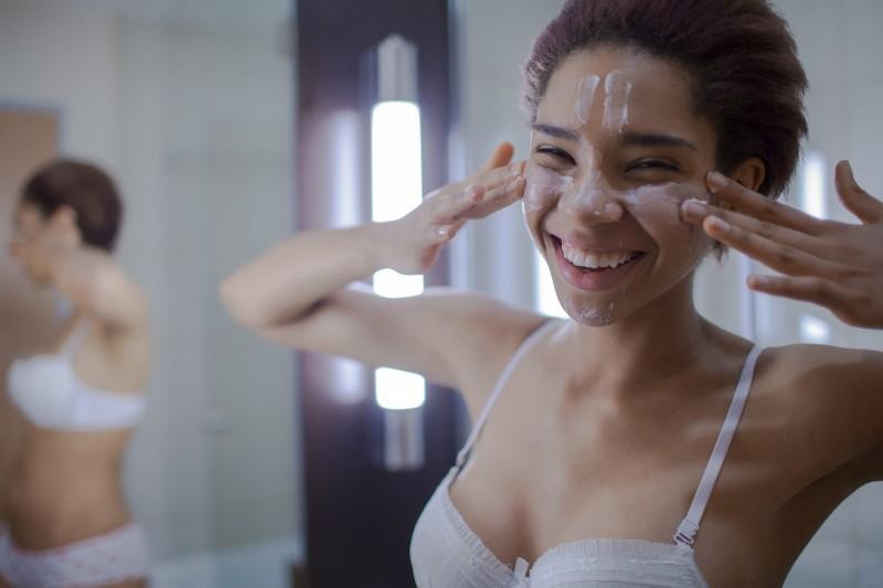 mulher aplicando hidratante para pele seca no rosto