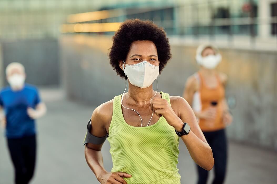 Corredores Correndo Com Máscara De Proteção