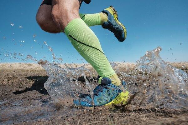 meias para corrida, modelo de compressão, cano alto para corrida em trilha