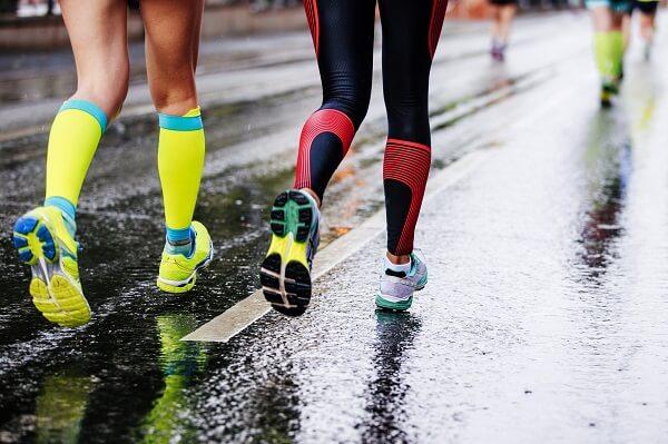 meias para corrida devem ter pouco algodão. corredoras correndo no asfalto.