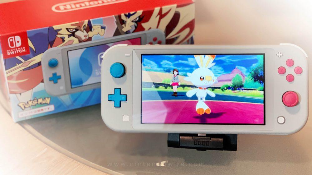 Nintendo Swtich Lite do Pokémon com jogo rodando.
