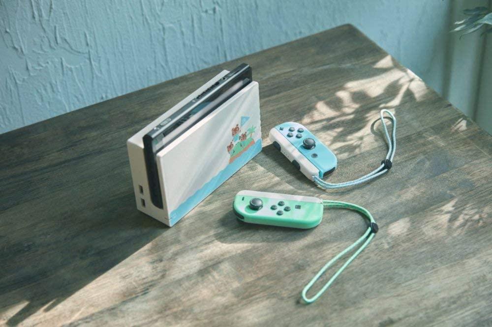 Nintendo Switch do Animal Crossing em cima da mesa, com controles ao lado.