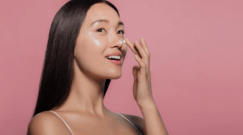 mulher aplicando hidratante no rosto