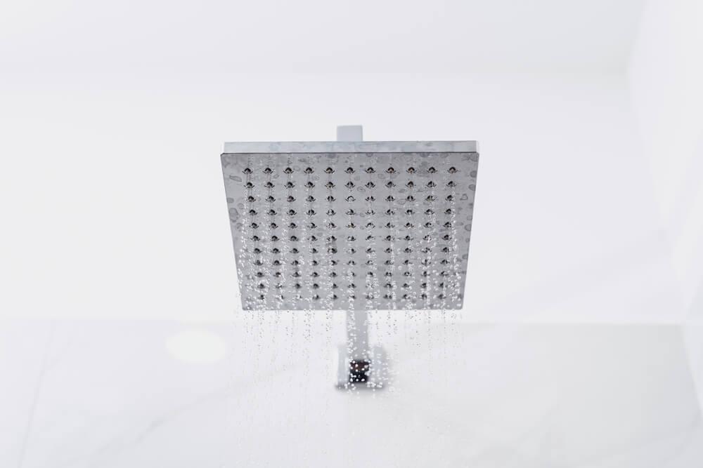 Chuveiro Diferente Acoplado Em Um Banheiro De Paredes Brancas.