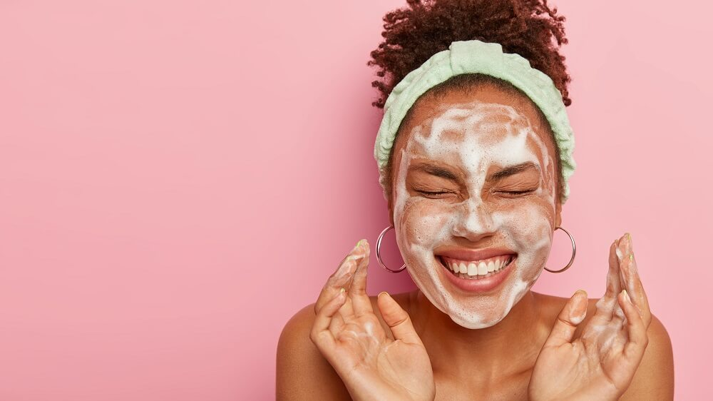 Mulher Negra Feliz Com Máscara De Skincare No Rosto