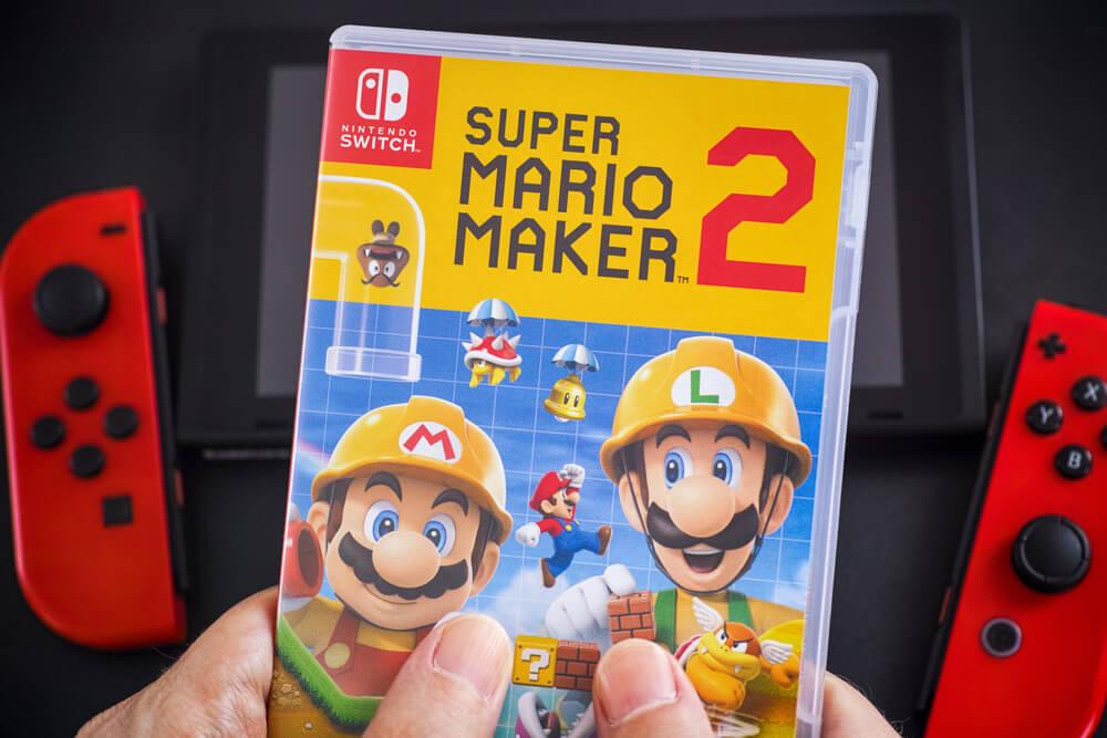 Pessoa segurando caixa do Super Mario Maker 2.