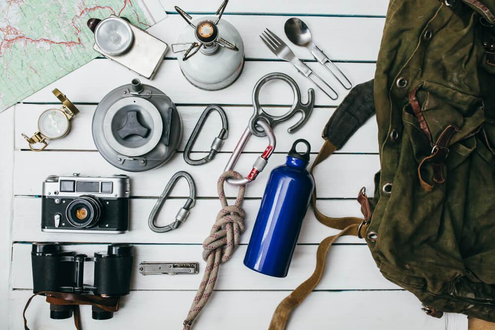 Acessórios De Camping, Como Garrafa D'água, Bússola, Mochila, Entre Outros.